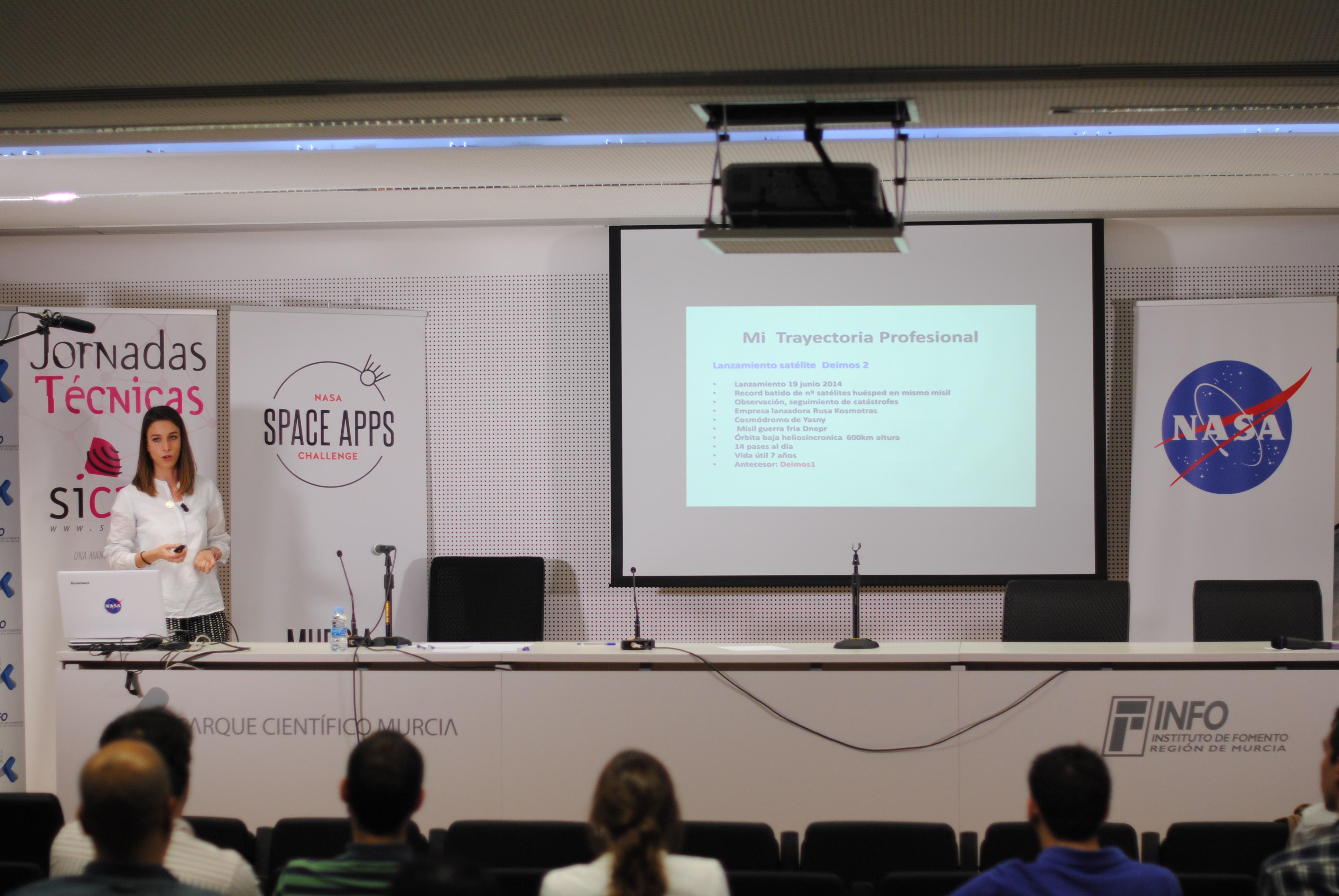 Ana Salinas presenta su trayectoria en las charlas de NASA Space Apps Murcia 2016.