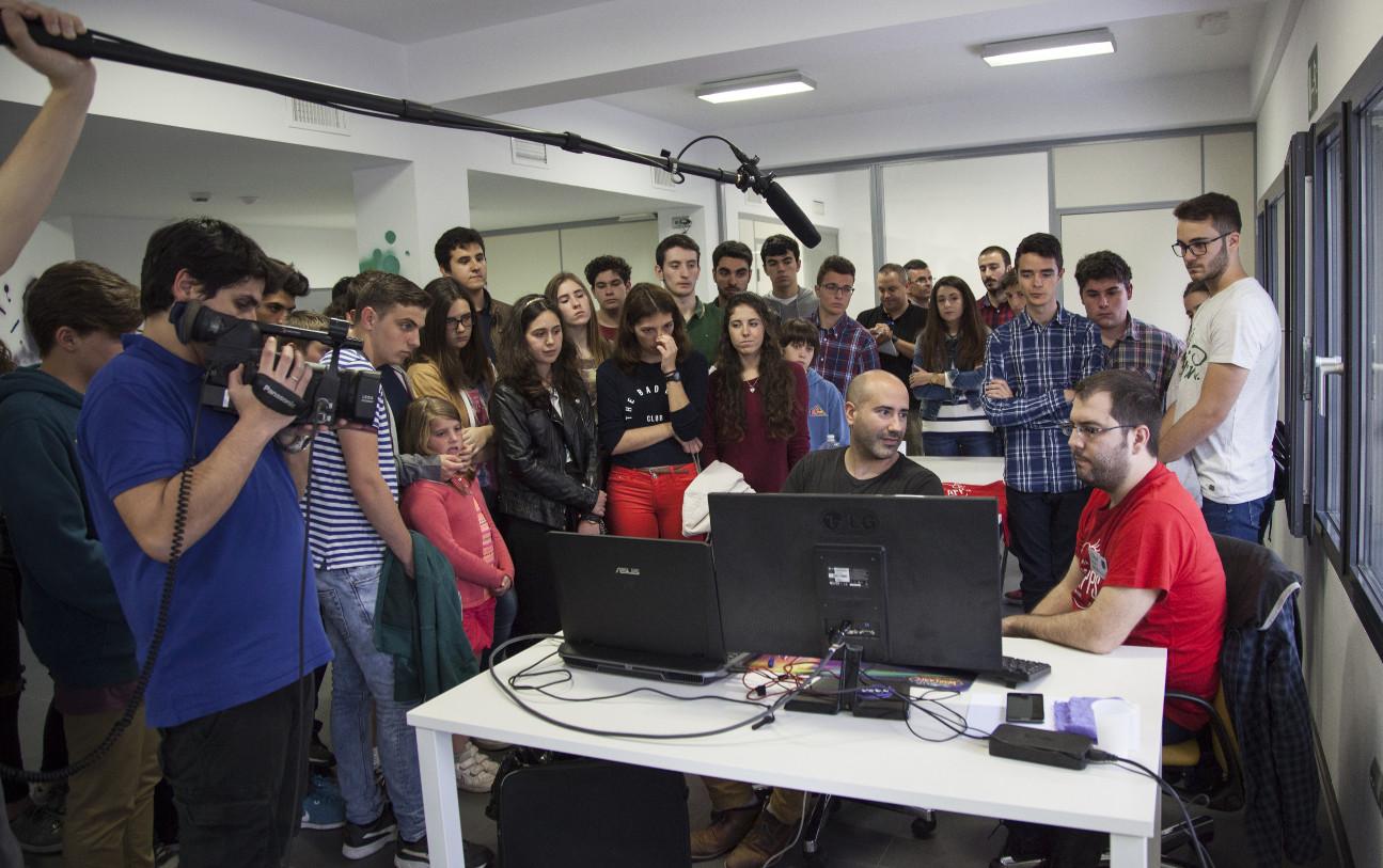 Alumnos de la Región visitan el maratón de inventos NASA Space Apps Murcia 2016